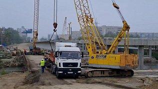 Монтаж бетонной балки на Ленинградском мосту в Челябинске сняли на видео