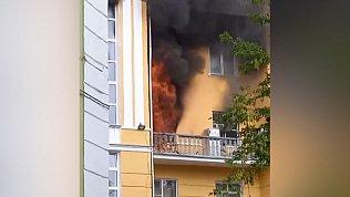 В Златоусте крупный пожар в многоэтажке очевидцы сняли на видео