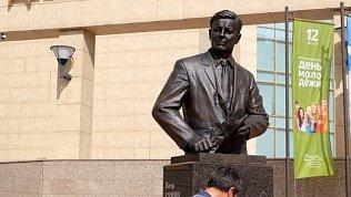 В Челябинске установили памятник первому губернатору региона Петру Сумину