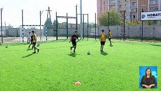 В двух школах построят футбольные поля