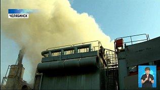 В Челябинске загорелся бункер с опилками