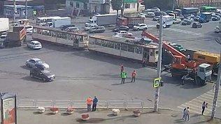 В Челябинске отбуксировали новый трамвай после ДТП