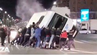 В Омске очевидцы перевернули маршрутку, чтобы спасти ее пассажиров