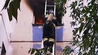 Видео тушения пожара в многоквартирном доме в Челябинске