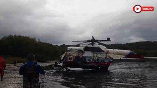 Вертолёт подняли со дна после катастрофы: видео с Курильского озера