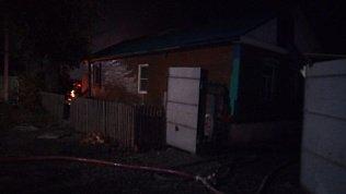 В Троицке ночной пожар уничтожил автомобиль и повредил частные дома