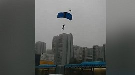 В Москве парашютисты приземлились прямо на проезжую часть