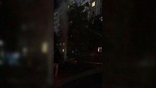 Челябинцы сняли на видео бьющий из земли фонтан горячей воды посреди двора