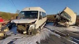 Видеозапись с места аварии грузовика и микроавтобуса в Симе
