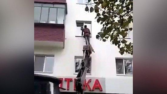Видео спасения кота с помощью экскаватора