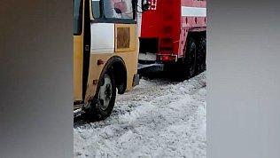 Десятки автомобилей и 2 детских автобуса застряли в снегу под Верхнеуральском