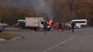 В Челябинске ГАЗель загорелась прямо на дороге: видео очевидцев
