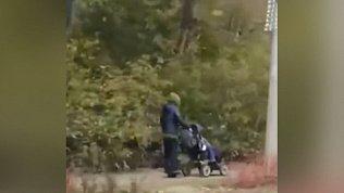 В Челябинске женщина гуляет с коляской на моноколесе
