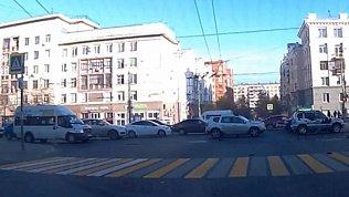 В центре Челябинска из-за массового ДТП затруднено движение автомобилей