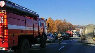 На трассе вЧелябинской области вДТП сбольшегрузом пострадали водитель и пассажир иномарки
