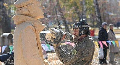 В Челябинске вырезают из дерева героев советского кино