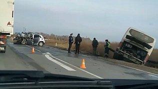 В Челябинской области автобус вылетел в кювет после столкновения