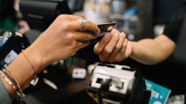 Жители Челябинской области стали оплачивать покупки безналичным способом на 30% чаще