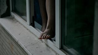 12-летняя девочка выпала из окна высокого этажа