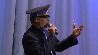 Кизильский чиновник на глазах у публики флиртовал с местной певицей
