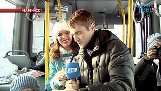 В челябинском автобусе пассажиры читают стихи.