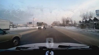 Переход дороги самонадеянной женщиной прямо перед автобусом попал на видео