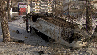 Легковушка перевернулась и улетела в кювет на проспекте Победы в Челябинске