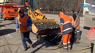 Дорожники ремонтируют ямы жидким асфальтом