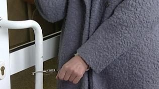 Буйная челябинка приковала себя наручниками к двери прокуратуры