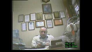 Руководителя Златоустовского колледжа сняли на видео во время получения взятки