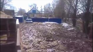 Бурный поток реки смывает все на своем пути