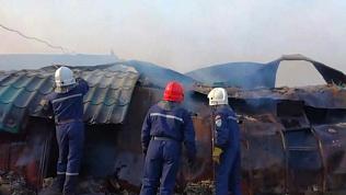 В п.Бажово дотла выгорел цех по производству дверей