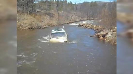 Экстремал утопил «Ниву» в бурной реке
