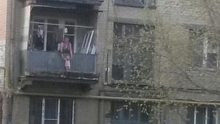 Челябинка выгуливала годовалую дочь на карнизе балкона второго этажа