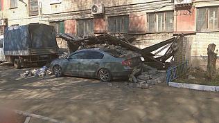Кирпичная стена рухнула на дорогой автомобиль в Челябинске
