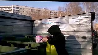 Женщина посадила маленькую дочь в мусорный бак