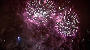 Более трех тысяч залпов салюта взорвались в небе в честь празднования Дня Победы