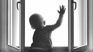 Два ребенка играли на открытом окне 9 этажа в Ленинском районе