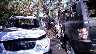 В Челябинске на охраняемой стоянке огонь уничтожил 3 иномарки