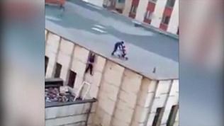 Детская шалость на крыше школы