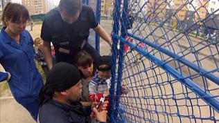 4-летний мальчик насквозь проткнул руку на детской площадке