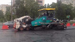 «Дорожники» ведут работы по укладке нового асфальта, несмотря на дождь