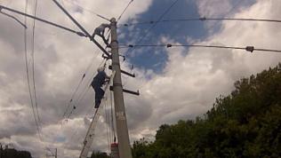 Спасатели два часа уговаривали мужчину спуститься с железнодорожного столба