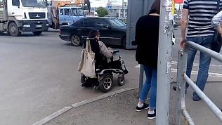 Челябинский инвалид-колясочник поехал под машины, чтобы добраться до ТРК