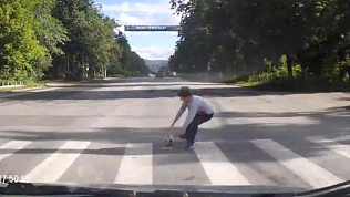 Автомобилист сбил ребенка, побежавшего за мячом