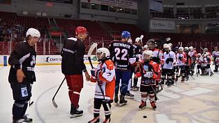 Евгений Кузнецов в форме «Трактора» сыграл с юными хоккеистами