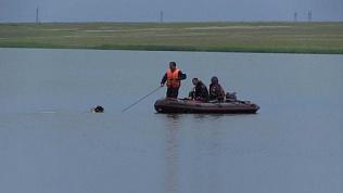 Водолазы продолжают поиски мужчины на дне водоема