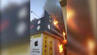 Горящий павильон со смартфонами сняли на видео в Магнитогорске