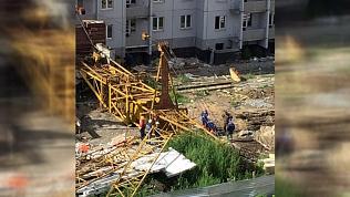 В Ленинском районе на рабочего рухнул строительный кран