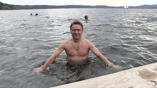 Глава Миасса Геннадий Васьков рискнул и искупался в озере Тургояк